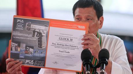 Rodrigo Duterte présente le nouveau pistolet en dotation dans la police philippine