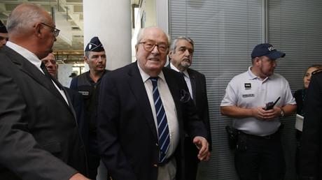 Jean-Marie Le Pen arrive au tribunal de Nanterre