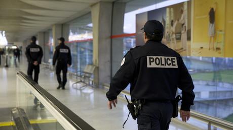 Une patrouille de police à l'aéroport de Roissy.