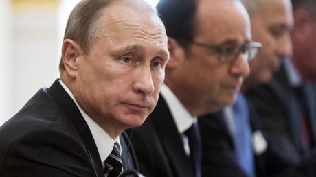 Vladimir Poutine et François Hollande lors d'un sommet international à Paris, en octobre 2015 (photographie d'illustration).
