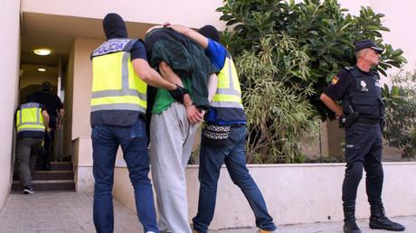 Un homme suspecté d'être lié à Daesh arrêté par des policiers espagnols à Melilla, le 28 septembre.