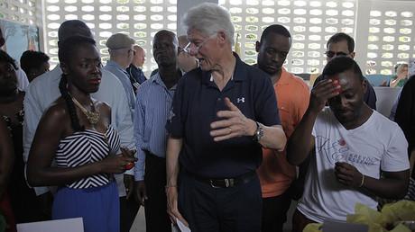 L'ex-président des Etats-Unis Bill Clinton, s'entretenant avec les membres d'une entreprise haïtienne, en février 2015.