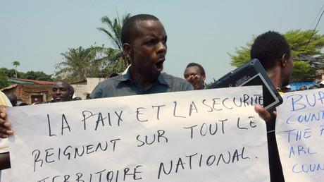 Un burundais manifeste devant le bureau des Nations Unis à Bujumbura