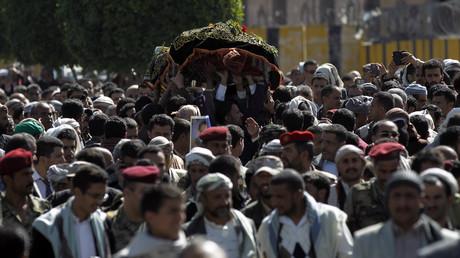 Dernier hommage des yéménites à Abdel Qader Hilal, le maire de Sanaa, tué lors de la frappe aérienne de la coalition dirigée par l'Arabie Saoudite et qui a fait plus de 140 morts dans la capitale du Yémen.