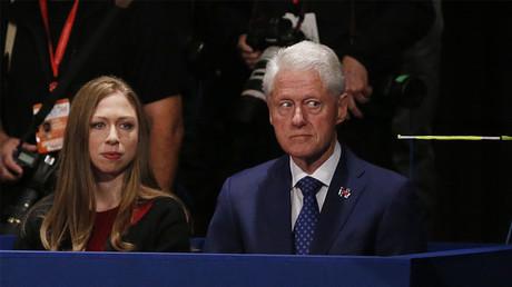 Bill Clinton assiste au débat entre Donald Trump et son épouse Hillary le 10 octobre, en compagnie de sa fille Chelsea ©Reuters/Jim Bourg