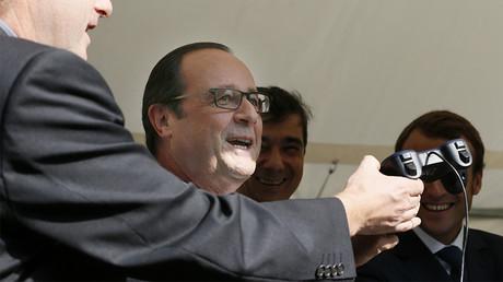 François Hollande s'apprête à piloter un drone civil à l'Elysée en septembre 2014 ©Patrick Kovarik/Pool/AFP