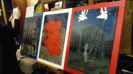 Un artiste russe asperge de peinture une caricature de François Hollande à 180 000 euros (IMAGES)