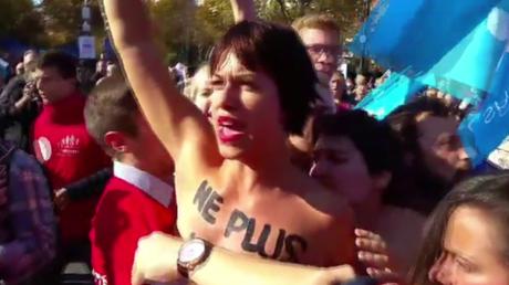 EN IMAGES : les Femen et leurs poitrines titillent la Manif pour tous à Paris