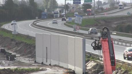 Calais : la construction du mur en bordure de l'autoroute a commencé (VIDEO)