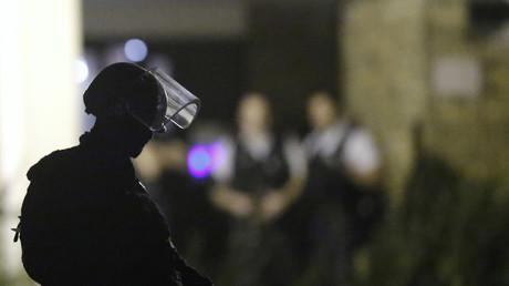Un policier français participe dans une descente policière à Boussy-Saint-Antoine, près de Paris.