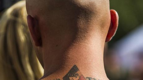 Photographie d'un suprématiste allemand et de son tatouage «White power»