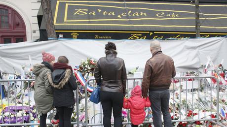 Des passants rendent hommage aux victimes de l'attentat du 13 novembre 2015 à Paris