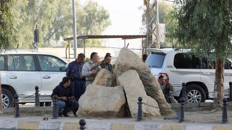 Des combattants peshmerga se mettent à l'abri des tirs des snipers de Daesh