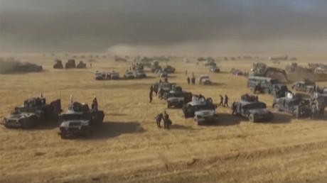 Construction de tranchées avec des pelleteuses pour soutenir l'offensive militaire irakienne sur Mossoul toujours aux mains de Daesh