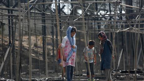 Des migrants après un incendie en septembre dans le camp de Moria (Grèce)