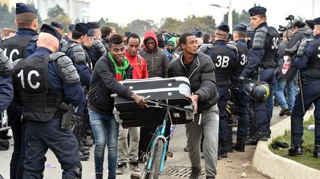 Début du démantèlement du camp de Calais et du transfert des migrants vers des centres d'accueils