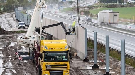 A Calais, la construction du mur anti-migrants continue malgré le démantèlement de la Jungle (VIDEO)