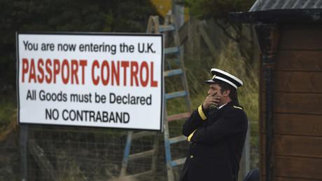 Un poste-frontière parodique entre l'Irlande et le Royaume Uni mis en place par les opposants au Brexit pendant la campagne sur le référendum du 23 juin 2016