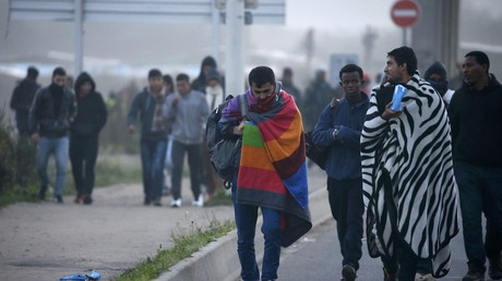 Des migrants quittant la «Jungle» de Calais lors de son démantèlement, le 15 octobre (photographie d'illustration)