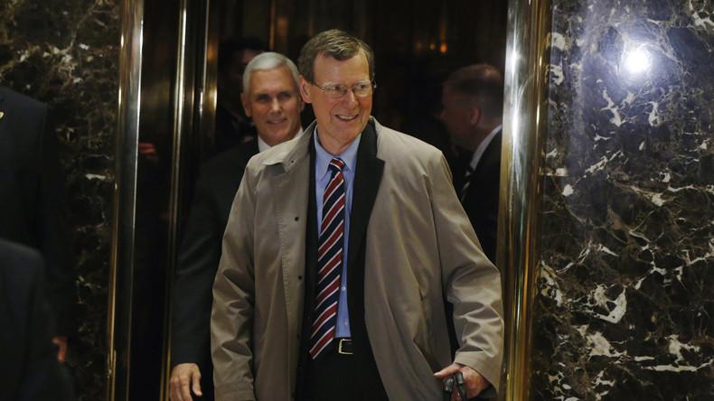 John Allison en compagnie du vice-président Mike Pence à la sortie d'un rendez-vous avec Donald Trump à New York, lundi 28 novembre. Il serait candidat pour le poste de secrétaire au Trésor
