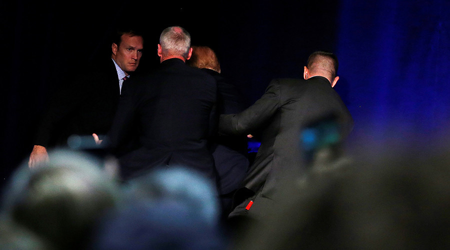 Donald Trump brièvement évacué de scène après une fausse alerte (PHOTOS, VIDEOS)