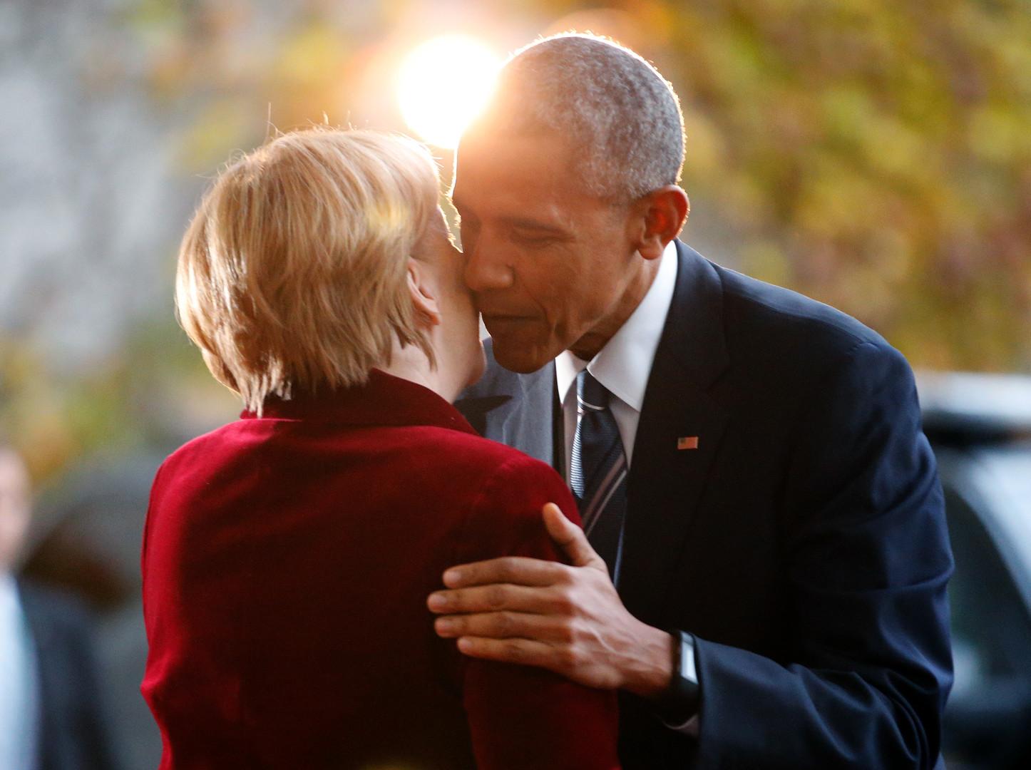 A la fin de son mandat, Barack Obama étreint Angela Merkel sans porter son alliance !