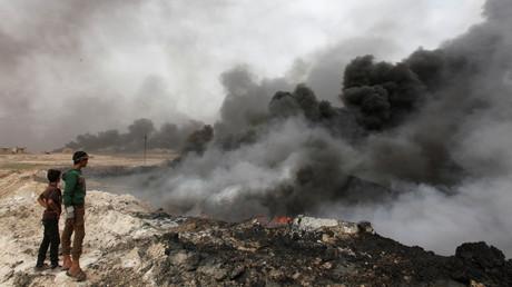 Des panaches de fumée s'élèvent des puits incendiés par les terroristes de Daesh fuyant la région à l'approche de l'armée irakienne