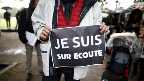 La surveillance téléphonique est devenue une inquiétude partagée par beaucoup. Ici un manifestant parisien porte une pancarte explicite