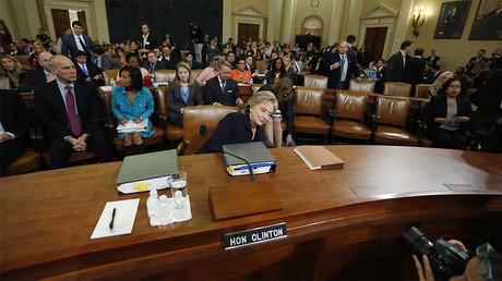 Hillary Clinton s'apprête à répondre aux questions du Comité spécial de la Chambre des représentants le 22 octobre 2015, à Washington
