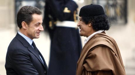 Les ex-chefs d'Etat français et libyen Nicolas Sarozy et Mouammar Kadhafi en décembre 2007