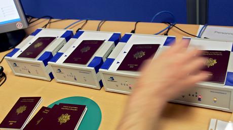 Un membre du personnel de l'Imprimerie nationale à Flers-en-Escrebieux près de Douai positionne des passeports pour activer les puces électroniques
