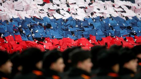 Des soldats russes participent à une parade militaire le 7 novembre 2016 sur la place Rouge à Moscou