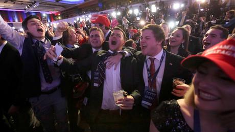 Les soutiens de Donald Trump fêtent leur victoire dans le QG de campagne