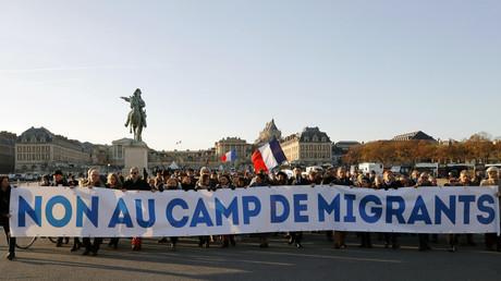 «Ici on aime le vin et le cochon» : manifestation anti-migrants au château de Versailles (VIDEO)