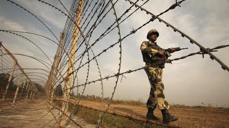 Patrouille d'un soldat indien le long d'une frontière avec le Pakistan