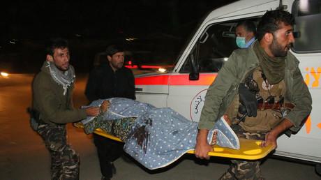 Une victime transportée vers les hôpitaux après une attaque de Daesh contre la communauté chiite afghane à Kaboul en octobre 2016