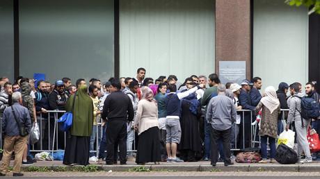 Des demandeurs d'asile font la queue à Bruxelles près du Fedasil, l'agence fédérale belge pour l'accueil des réfugiés