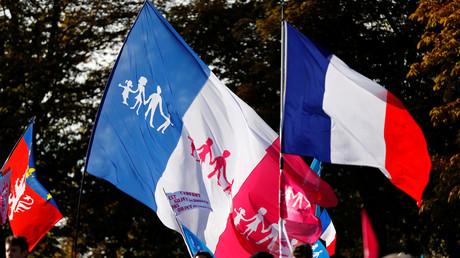 Drapeau de la Manif pour tous et drapeau français lors de la manifestation du 9 octobre 2016
