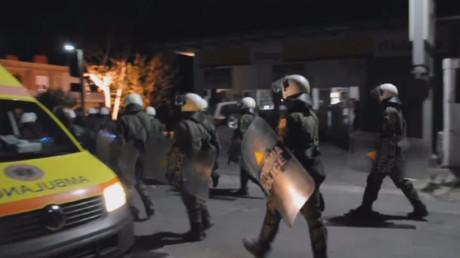 La police anti-émeute en action dans le camp de réfugiés de Souda