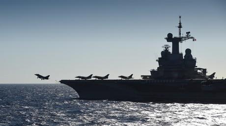 Un rafale prend son envol du pont du porte-avion français Charles de Gaulle en Méditerranée