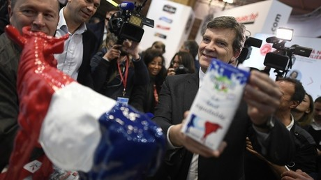 L'ancien ministre de l'Economie Arnaud Montebourg pose au Salon du Made In France de Paris, le MIF Expo