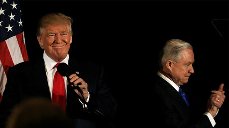 Donald Trump en campagne le 3 novembre 2016 avec Jeff Sessions, désigné comme futur ministre de la Justice, photo ©Mike Segar/Reuters