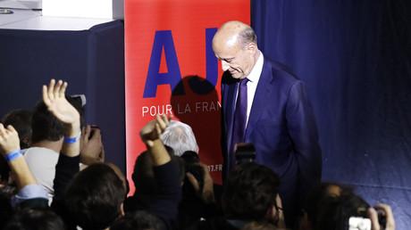 Alain Juppé qui l'estrade après son allocution
