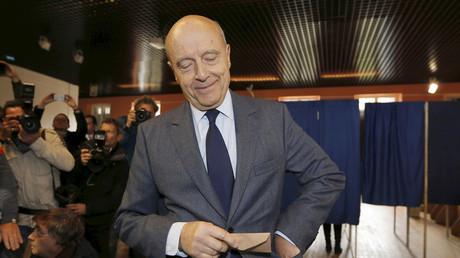 Alain Juppé vote pour le premier tour des primaires de la droite et du centre.