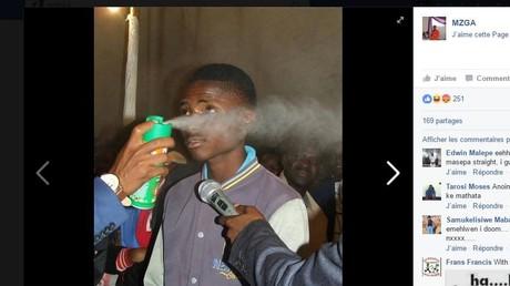 Le «prophète» vaporise de l'insecticide Doom sur ses fidèles