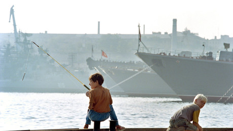 Deux enfants jouent sur les quais de Sébastopol, le grande port russe de la mer Noire