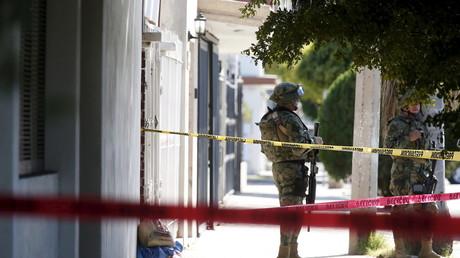 Un militaire mexicain monte la garde devant une habitation de la ville de Los Mochis où 5 personnes ont été tuées