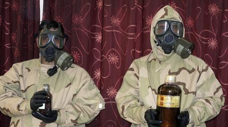 Des soldats irakiens lors d'une saisie de gaz moutarde en 2013. Selon l'OAIC, l'Etat Islamique a réussi à en produire artisanalement