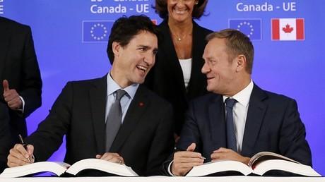La marche du CETA se poursuit, pour le plus grand bonheur du Premier ministre canadien Justin Trudeau et du président du Conseil européen Donald Tusk, ici lors de la signature