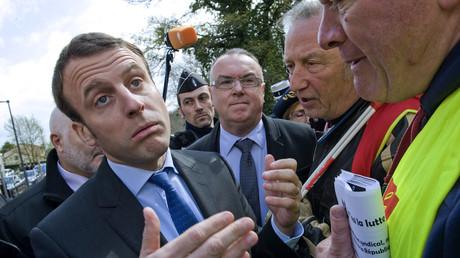«Révolutionnaire, imposteur» : une action coup de poing de la CGT perturbe les dédicaces de Macron
